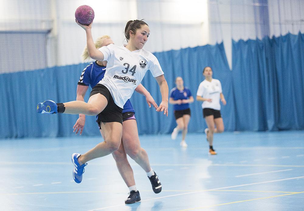 women throwing a handball